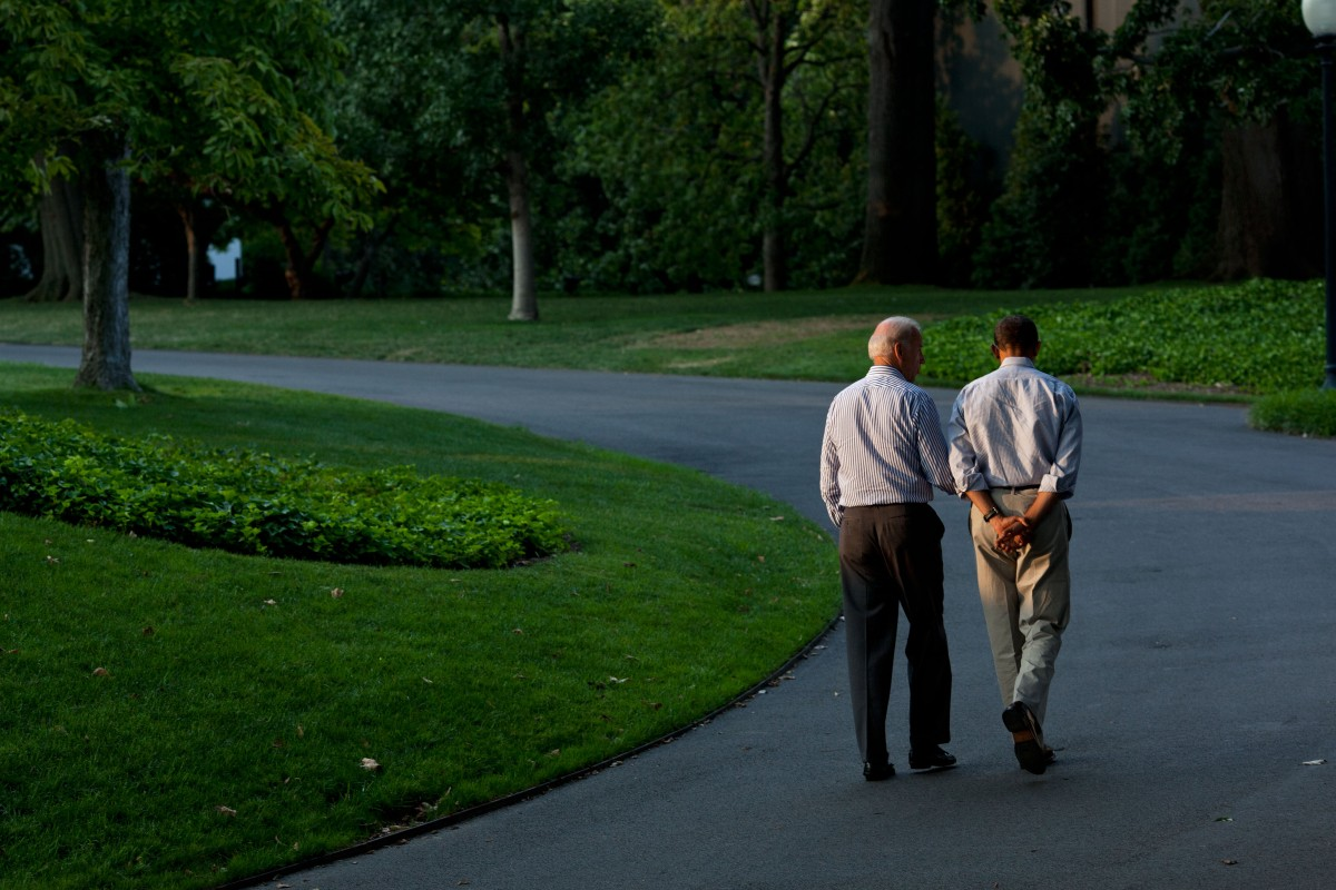 Obama and Biden walk the White House lawn